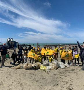 Fiumicino i volontari di Legambiente bonificano la spiaggia