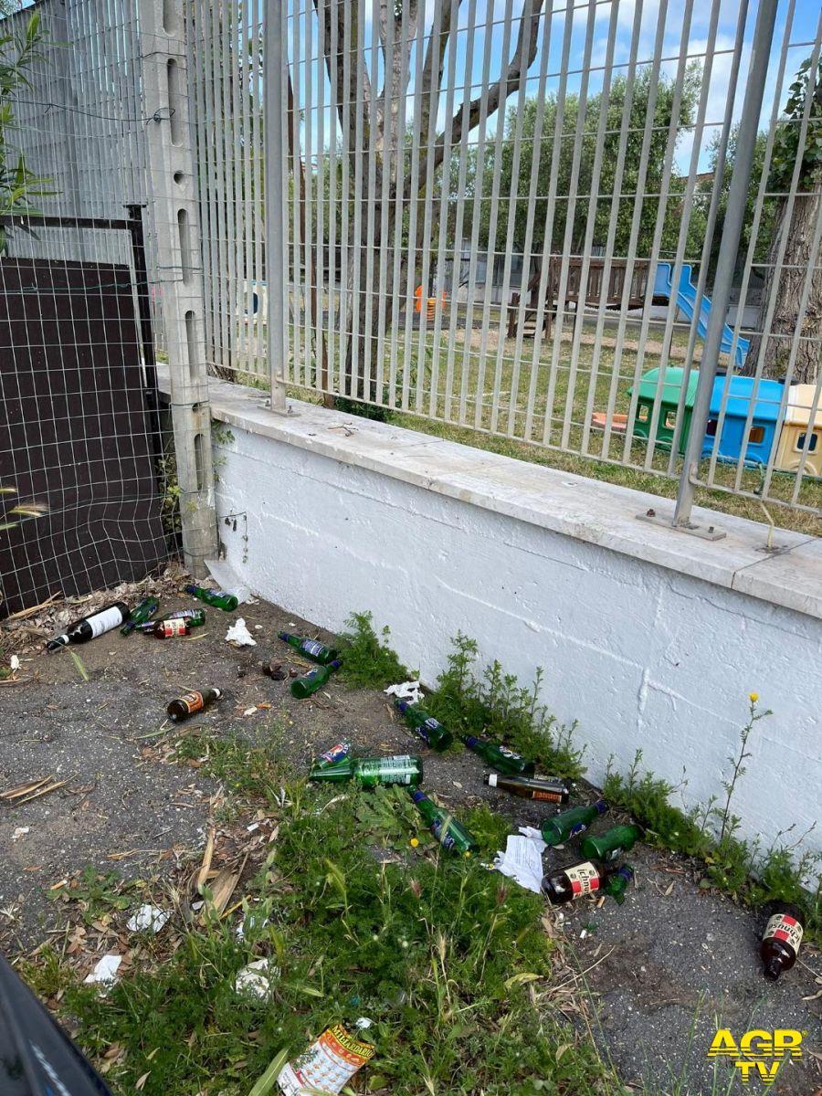 bottiglie muro cinta scuola Colombo
