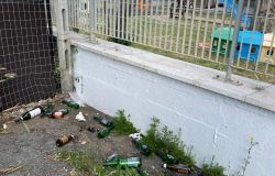 Fiumicino, bottiglie di vetro e rifiuti abbandonati dinanzi alla scuola Colombo