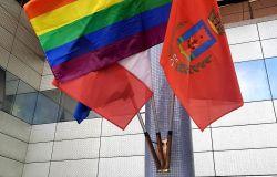 bandiera rainbow esposta ieri ingresso comune