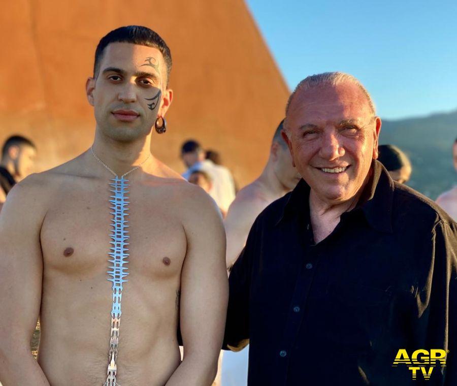 mahmood a Fiumara d'arte con Antonio Presti