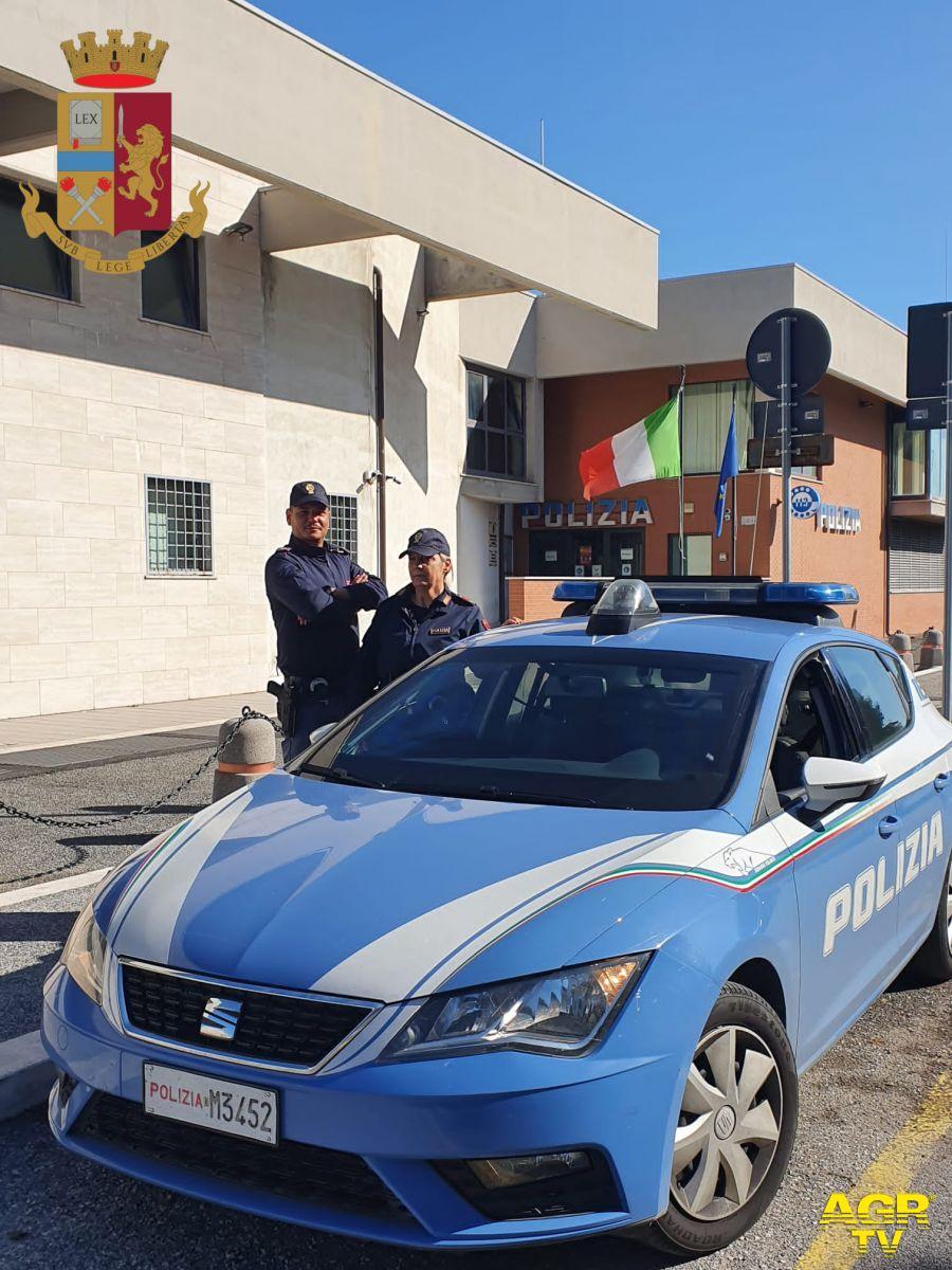 Fiumicino, aggredisce i poliziotti con una scacciacani, caricato in auto prende a testate il plexigas, finisce in manette