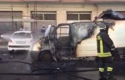 Furgone in fiamme in via Cagni, paura tra i residenti