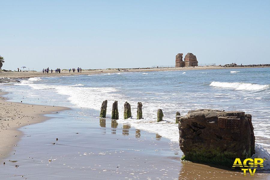 vista Torre Flavia dalla spiaggia