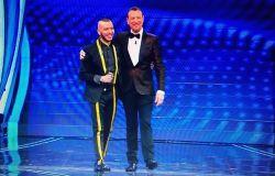 Marco Sentieri con Amadeus sul palco dell'Ariston
