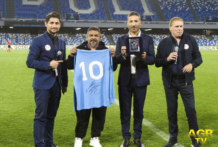 Mauro Atturo Ideatore di Hu. Va. Porject, consegna dell'Hall of Fame di Hu.Va. a Maradona (al fratello di Maradona)