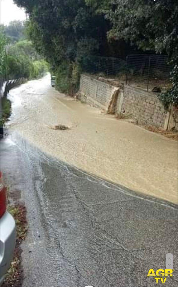 strade percorse dal fiume di acqua e fango