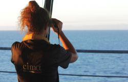 marinaio controlla con il binocolo il mare