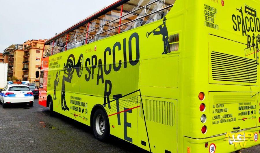 il bus di Spaccio arte nei pressi della piazza
