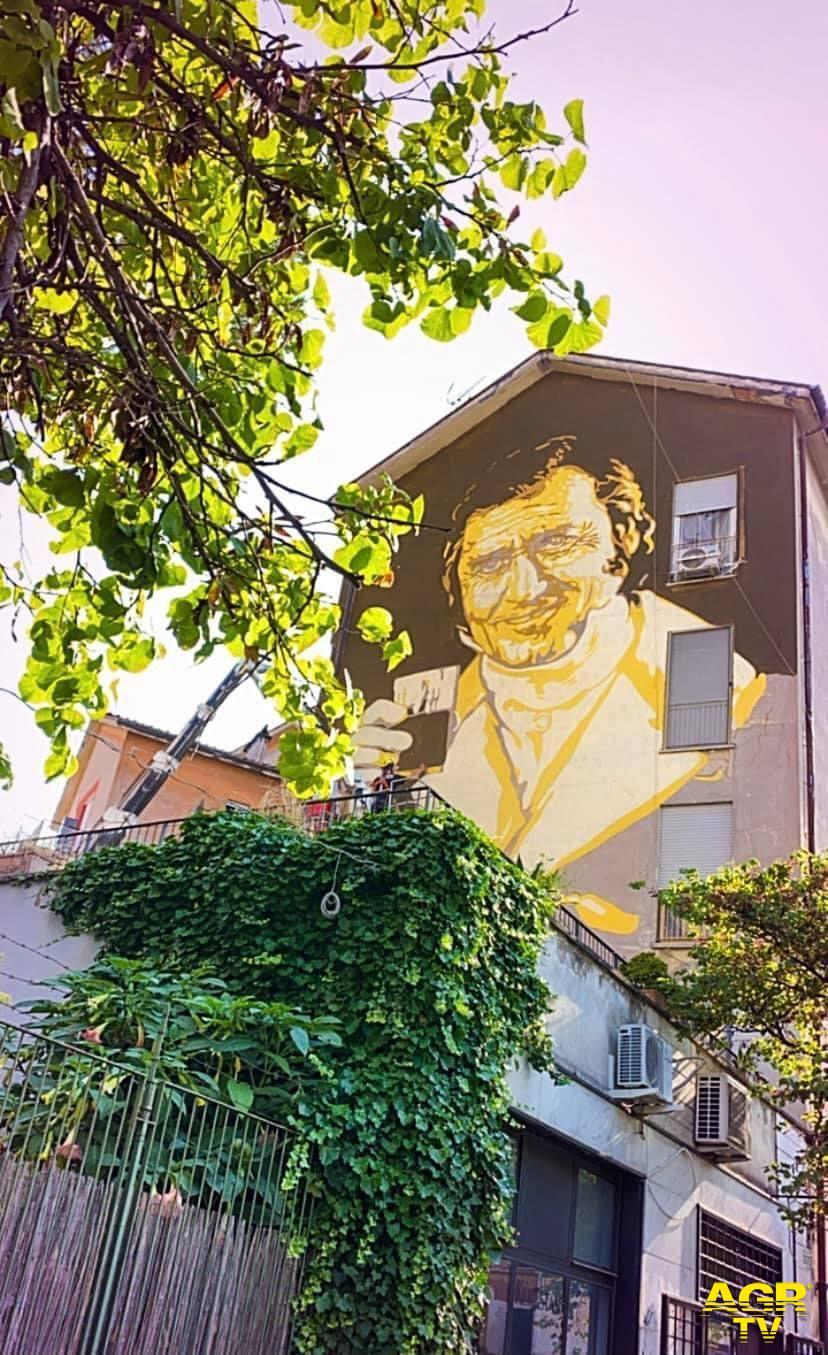 la Roma omaggia Alberto Sordi con un gigantesco murales alla Garbatella