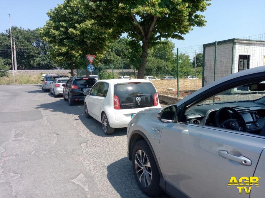 Auto in fila per accedere all'Isola Ecologica