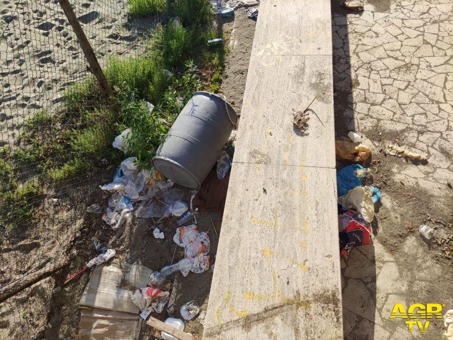 Ostia, Spiaggia Gialla tra degrado ed emergenza abitativa: la segnalazione di un turista