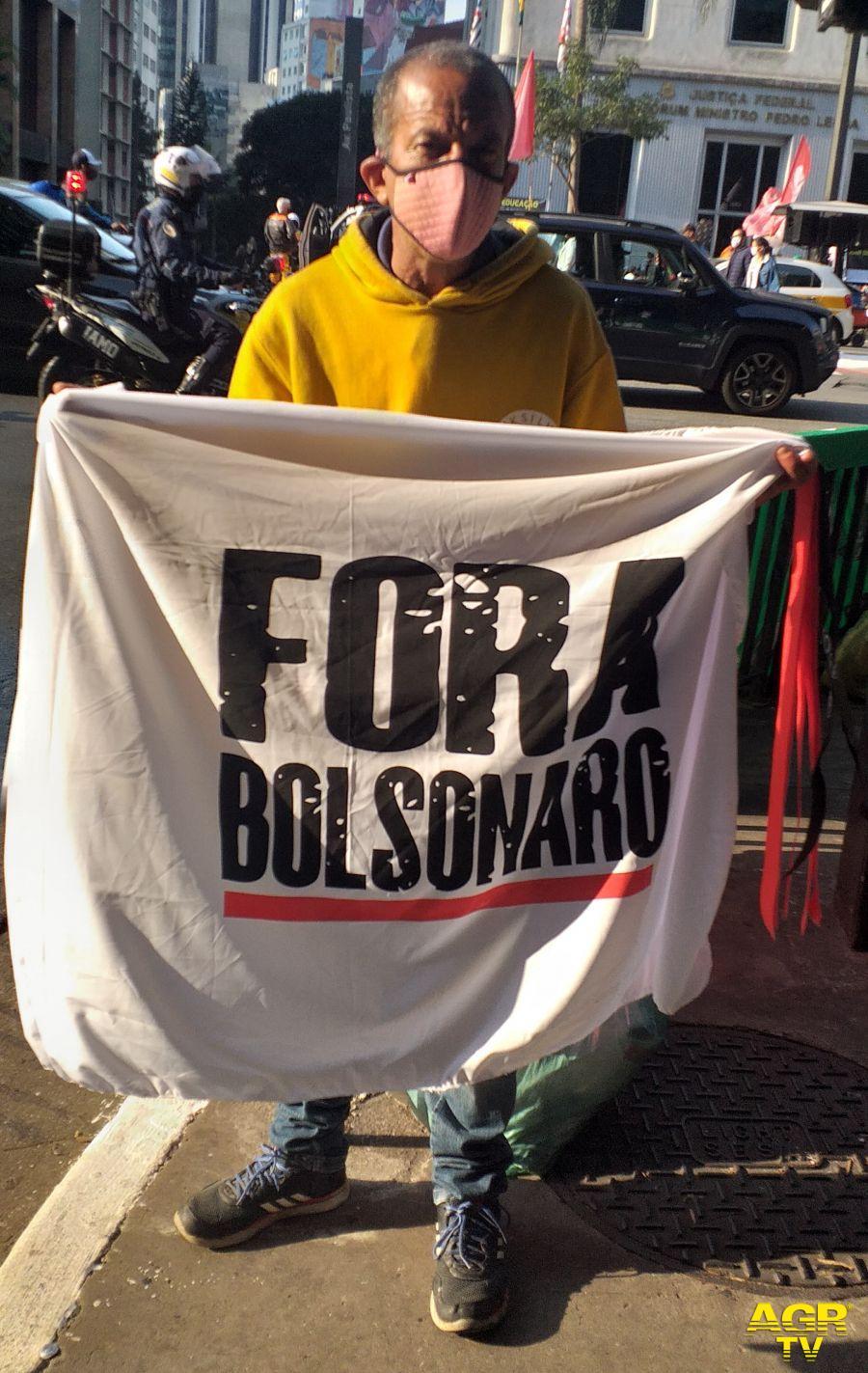 Manifestanti contro Bolsonaro a San Paolo Brasile