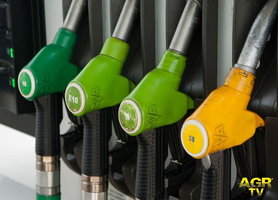 Caro benzina, da Federpetroli la proposta: potremmo produrre in Italia