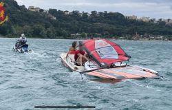 Castelgandolfo, raffiche di vento trascinano a largo un pedalò ed un windsurf, quattro giovani salvati dalla polizia con le moto d'acqua