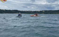 salvataggio a Castelgandolfo dalla polizia di stato con moto d'acqua