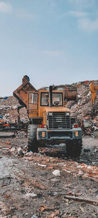 trattore per movimentare rifiuti in discarica
