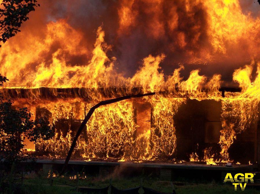 Casale in fiamme alle porte di Roma, salvato un uomo stordito dal fumo da due agenti di polizia