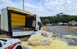 Carroattrezzi perde un furgone dal pianale, carreggiata invasa dalla farina