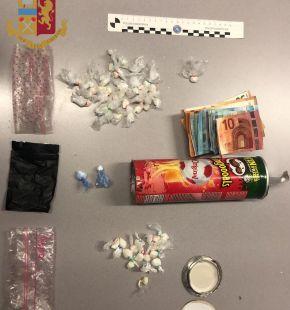 Crack e cocaina...in un tubo di patatine, pusher 18enne arrestato