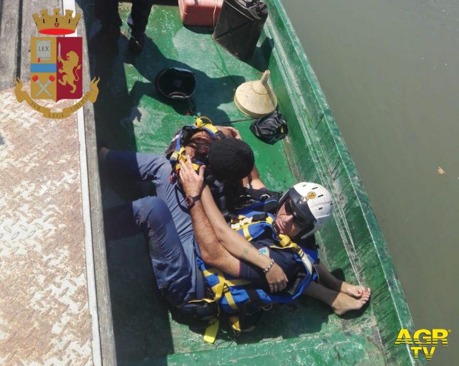 Si getta da ponte Marconi e la corrente la inghiotte, salvata a nuoto dagli agenti della squadra fluviale