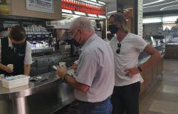 Degustazione gelato in fila dinanzi gelateria