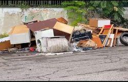 III Municipio, chiusa l'Isola Ecologica, i cittadini esasperati scaricano in strada