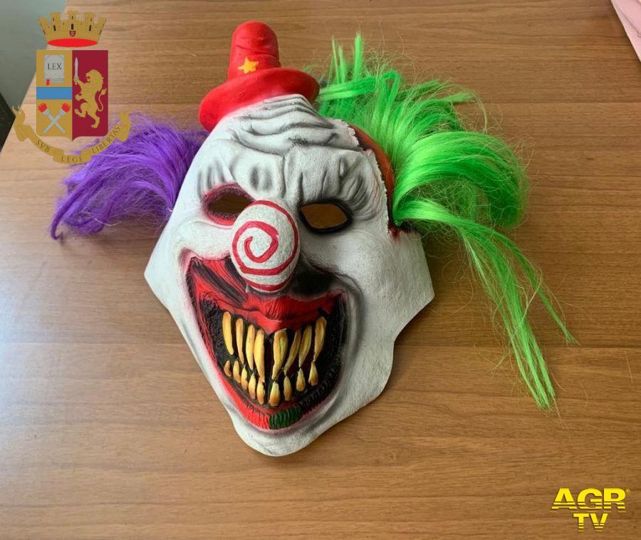 Ladro in maschera l'aggredisce e gli ruba il cellulare, poi gli chiede 50 euro per la restituzione, in manette rapinatore-clown