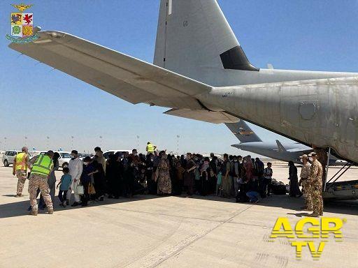 All'aeroporto Leonardo da Vinci, l'accoglienza ai bambini afghani