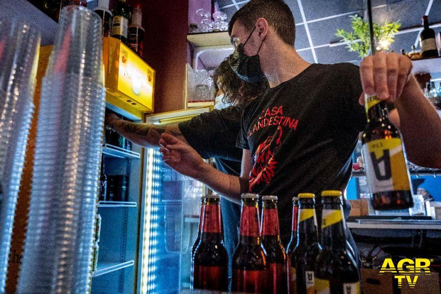 Mirko, diciotto anni, affetto dalla sindrome autistica, si è trasformato in un barman perfetto