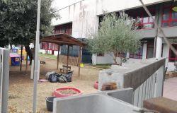 X Municipio, scuola dell'infanzia i genitori sfalciano l'erba nei giardini