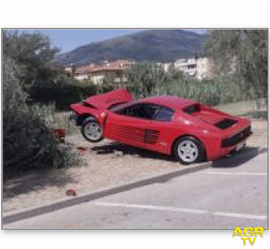 Montemurlo. Ferrari contro un olivo