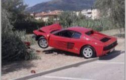 Montemurlo. Ferrari contro un olivo in piazza Costituzione, la polizia municipale contesta le sanzioni al conducente