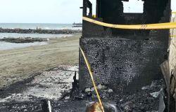 Ostia, i piromani della notte incendiano i bagni dei disabili sulla spiaggia