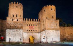 Roma, Porta San Sebastiano la magia della luce per far brillare la città