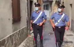 Salvato dal carabiniere che l'aveva arrestato l'anno prima, in crisi d'amore vuole farla finita, ma prima del gesto estremo chiama il militare....