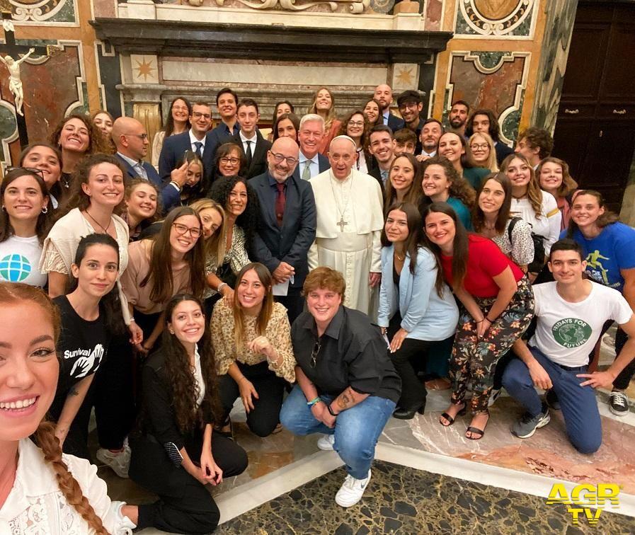 il selfie di Papa Francesco con i ragazzi