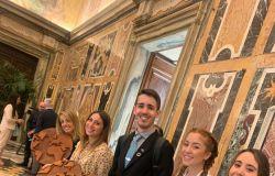 i giovani che hanno partecipato all'incontro con l'opera donata al Papa