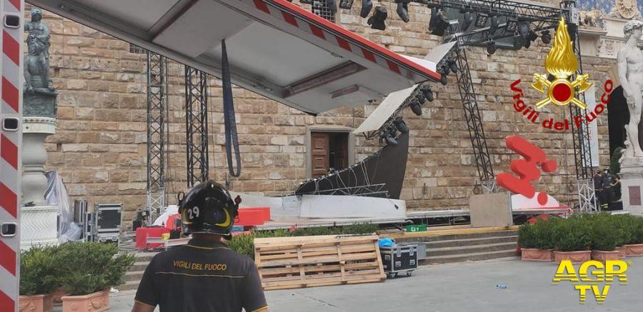 Vigili del Fuoco Comando Toscana Crolla ponteggio in Piazza della Signoria a Firenze