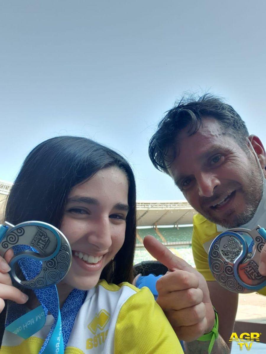 Sara e Papà Paolo Vargetto mostrano medaglia