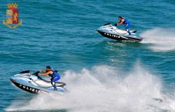 polizia squadra nautica moto d'acqua