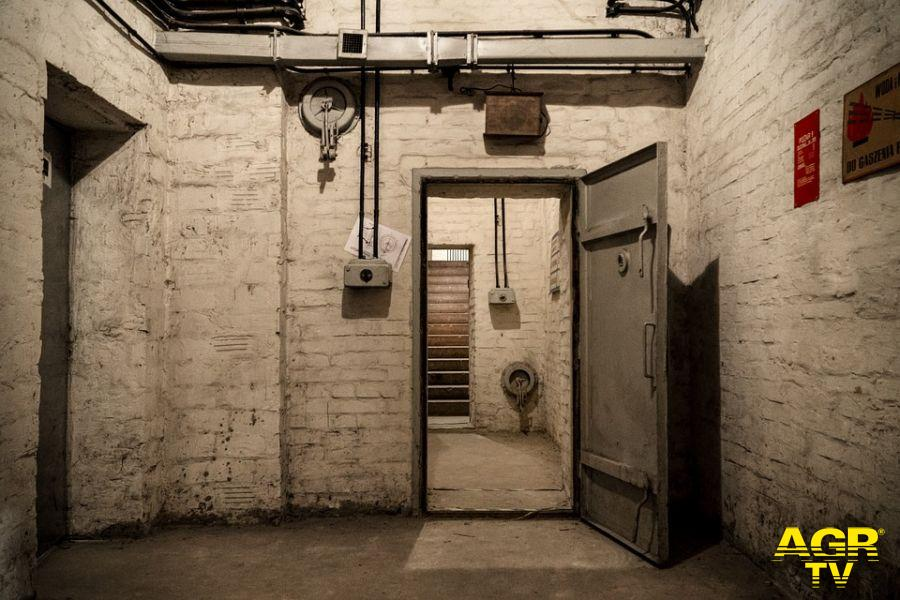 bunker sotto uno stabile probabile nascondiglio per ricercati