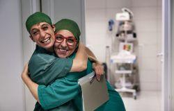 due infermieri si abbracciano