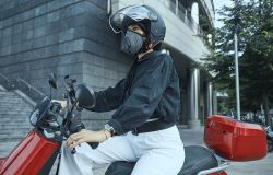 Mobilità elettrica fa rima con protezione dall'inquinamento, ecco la maschera contro lo smog