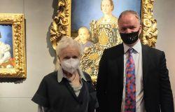 La signora del Punk Vivienne Westwood in visita agli uffizi: estasiata da dipinti, colori e cornici