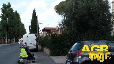 La sfida di Mauro, tra voragini stradali e marciapiedi dissestati