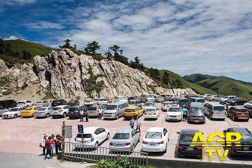 Ostia, parcheggiatori abusivi padroni delle aree sosta