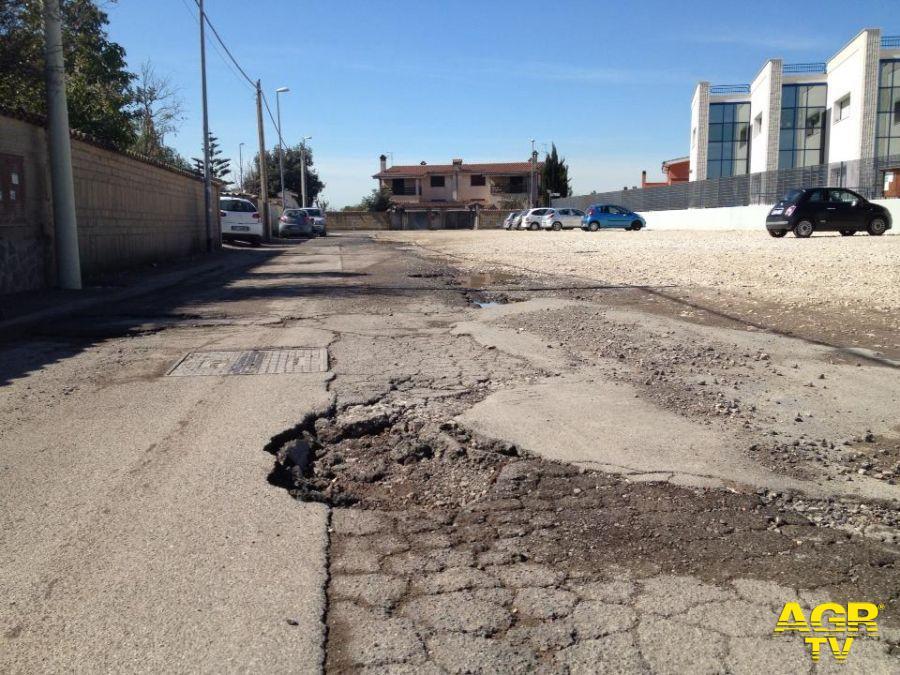 Le due facce di via Michele Rosi, la strada incompiuta, scorrevole e levigata la prima, piena di buche la seconda