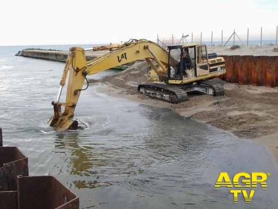 Ostia, al canale dei pescatori le ruspe tornano a scavare il fondale