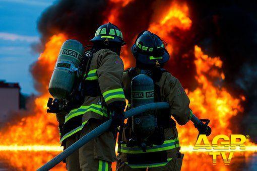 Ostia, misterioso incendio sul lungomare, distrutto un deposito di attrezzature sportive